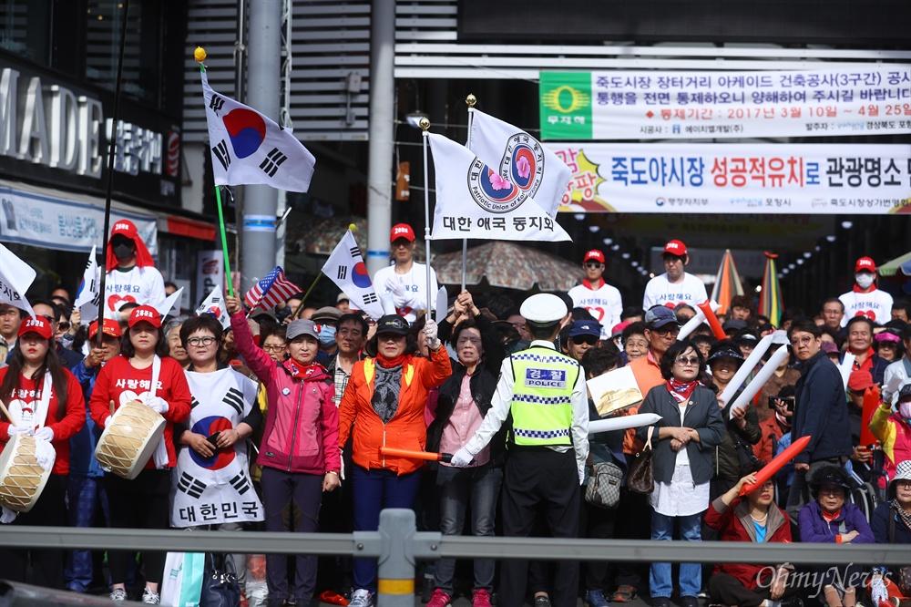 자유한국당 홍준표 대선후보가 21일 오후 경북 포항 죽도시장에서 유세를 하자 지지자들이 연호를 하고 있다.