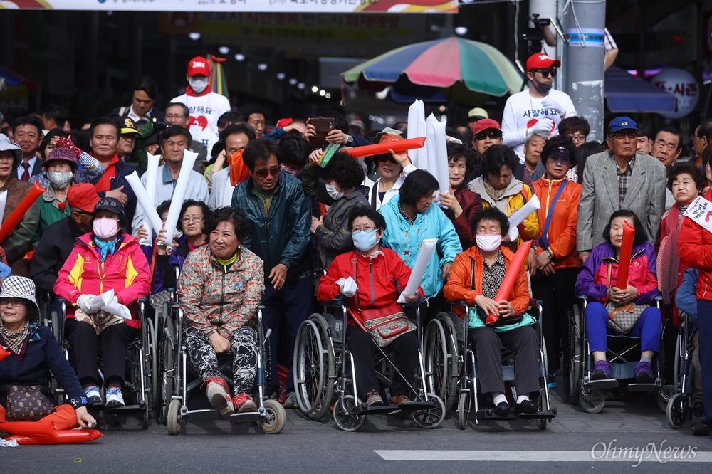 자유한국당 홍준표 대선후보가 21일 오후 경북 포항 죽도시장에서 유세를 하자 지지자들이 연설을 듣고 있다.
