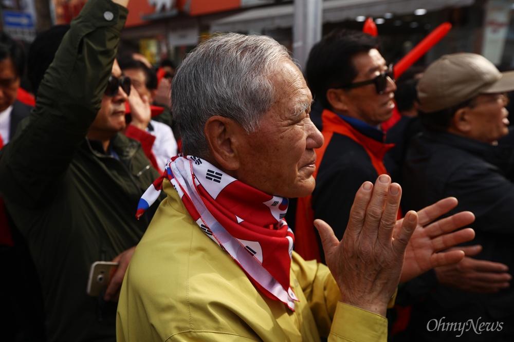 자유한국당 홍준표 대선후보가 21일 오후 경북 포항 죽도시장에서 유세를 하자 지지자들이 박수를 치고 있다.