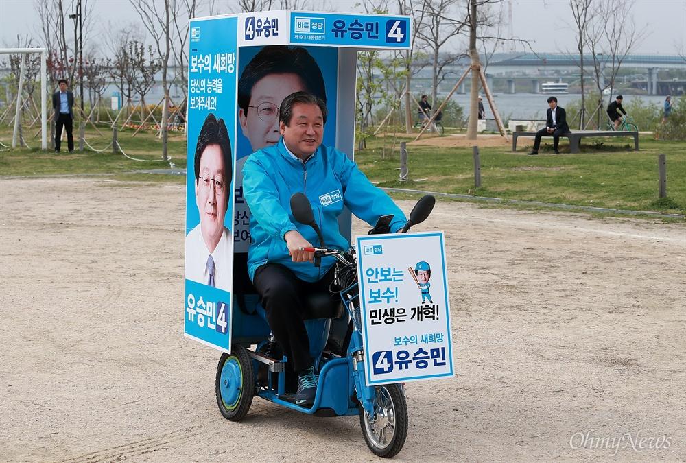 전기 유세차 탄 김무성 김무성 바른정당 공동선대위원장이 21일 오후 여의도 국회 둔치에서 열린 '유승민 후보 희망페달 자전거 유세단 발대식'에 참석해 전기차를 타고 있다.