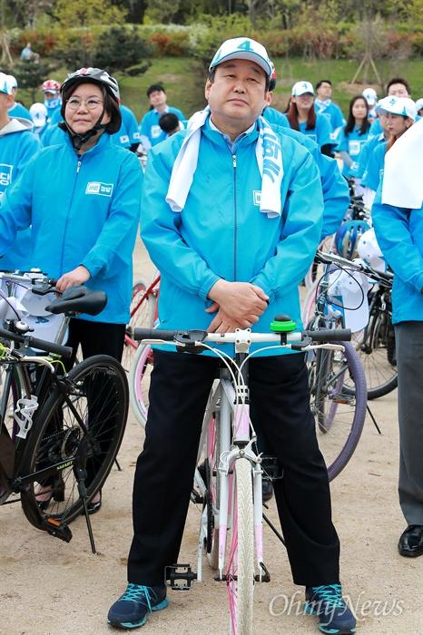 김무성, 자전거 유세단 발대식 참석 김무성 바른정당 공동선대위원장이 21일 오후 여의도 국회 둔치에서 열린 '유승민 후보 희망페달 자전거 유세단 발대식'에 참석하고 있다.