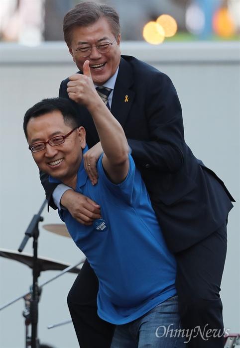 '어부바' 문재인, 함박웃음 짓다 문재인 더불어민주당 대선후보가 사전투표 25퍼센트 프리허그 약속을 지키기 위해 6일 오후 서울 마포구 홍대 앞 걷고싶은거리에서 열린 '투표참여 릴레이 버스킹 vote0509'에 참여했다. 이날 무대에 오른 한 시민 등에 업힌 문 후보가 함박웃음을 짓고 있다.
