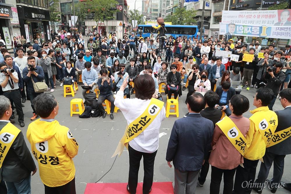 심상정 후보, 12시간 필리버스킹 유세 심상정 정의당 후보가 8일 오후 서울 신촌에서 '심상정X촛불시민과 함께 하는 12시간 필리버스킹' 유세를 하고 있다.