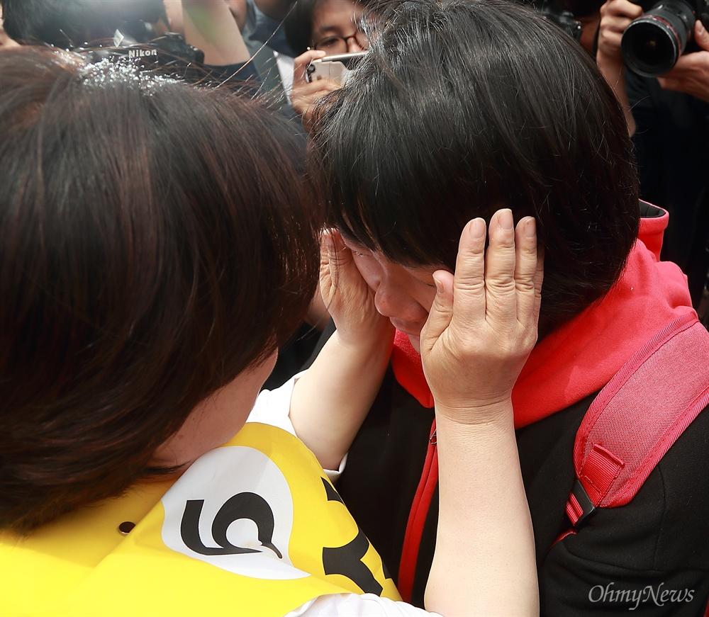 20대 직장인 눈물 닦아주는 심상정 후보 심상정 정의당 후보가 8일 오후 서울 신촌에서 '심상정X촛불시민과 함께 하는 12시간 필리버스킹' 유세를 하며 시민들과 포옹을 하던 중 한 20대 직장인의 눈물을 닦아주고 있다.
