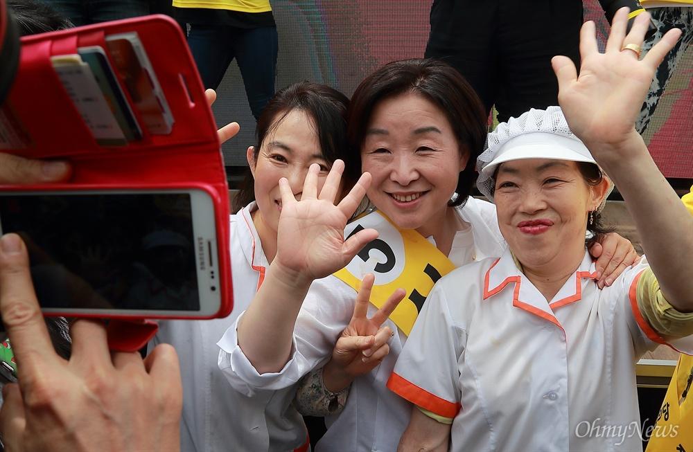 심상정 후보, 12시간 필리버스킹 유세 심상정 정의당 후보가 8일 오후 서울 신촌에서 '심상정X촛불시민과 함께 하는 12시간 필리버스킹' 유세를 하며 시민들과 기념촬영을 하고 있다.