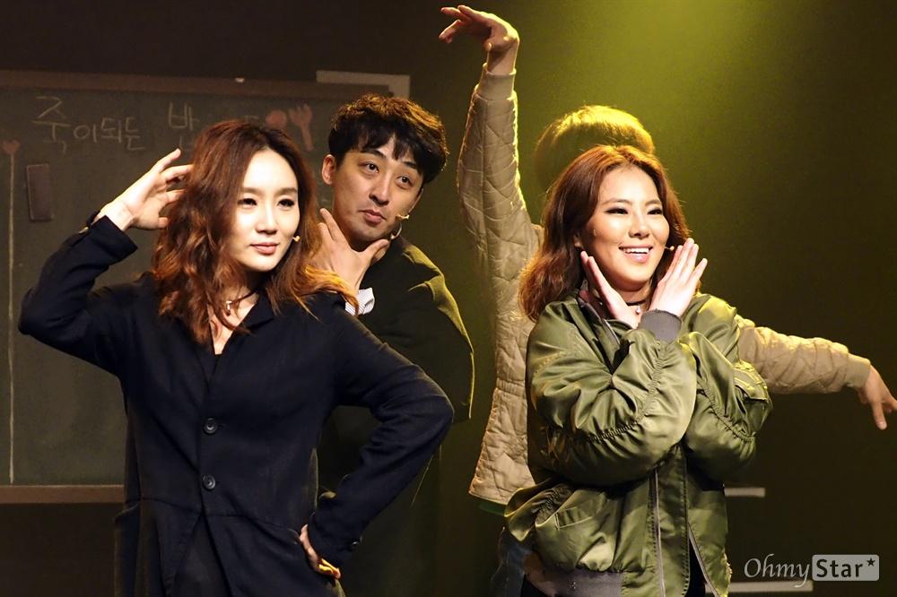 오늘 처음 만드는 <오늘 처음 만드는 뮤지컬> 지난 4월 21일, 서울 대학로 아트원씨어터 3관에서 열린 즉흥 뮤지컬 <오늘 처음 만드는 뮤지컬>의 프레스콜 공연 이미지. <오늘 처음 만드는 뮤지컬>은 국내에서 처음 시도되는 관객참여형 '즉흥' 뮤지컬로, 공연 초반 관객의 의견을 바탕으로 장르와 주인공, 주요 이야기를 정하는 작품이다. 오는 14일까지. 민준호·김태형, 박정표·홍우진, 이영미, 김슬기, 이정수, 정다희 등.