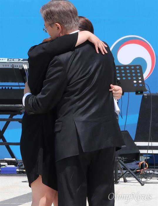 오월 가족 위로하는 문재인 대통령 문재인 대통령이 18일 오전 광주 국립 5·18 민주묘지에서 열린 제37주년 5·18 민주화운동 기념식에서 5·18 당시 희생된 김재평씨의 딸 김소형씨에게 다가가 위로하고 있다.