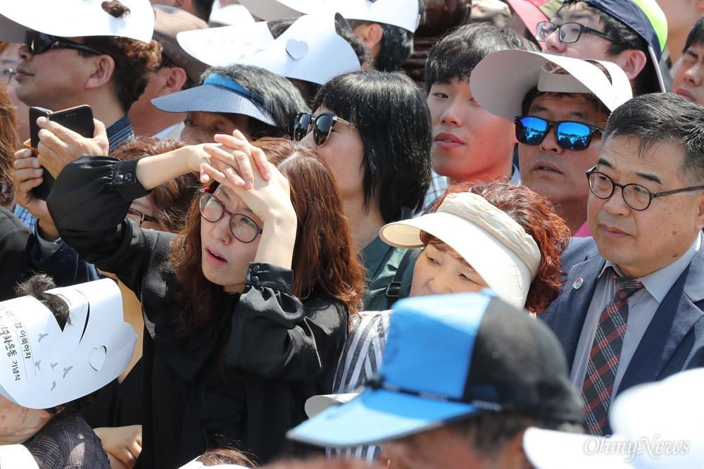 문재인 대통령 기념사에 '쫑긋' 문재인 대통령이 18일 오전 광주 국립 5·18 민주묘지에서 열린 제37주년 5·18 민주화운동 기념식에서 기념사를 하는 동안 시민들이 유심히 지켜보고 있다.