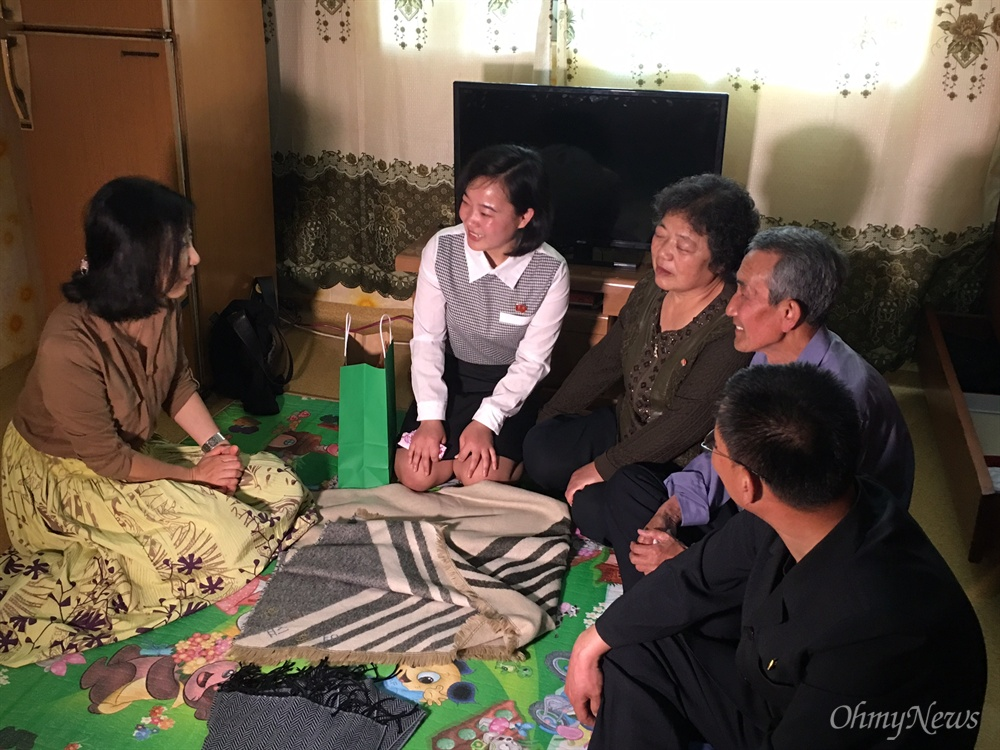 사진 왼쪽 두 번째부터 김련희씨의 딸, 어머니, 아버지, 그리고 남편.