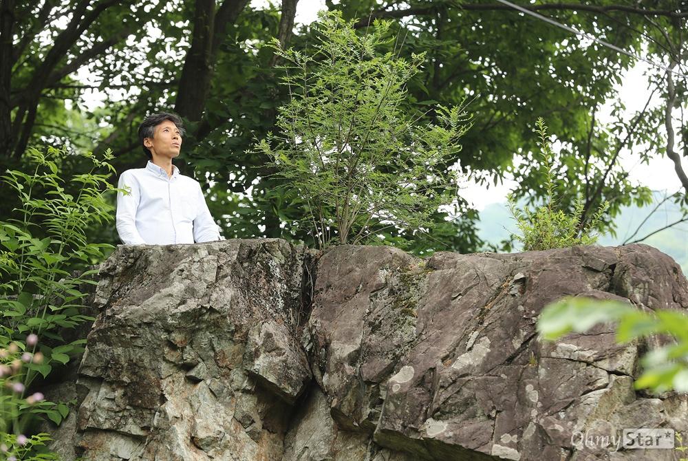 암투병 중인 이용마 MBC 해직기자 암투병 중인 이용마 MBC 해직기자가 1일 오후 전북 진안군 성수면 푸른건강촌에서 명상을 하는 바위를 소개하고 있다.