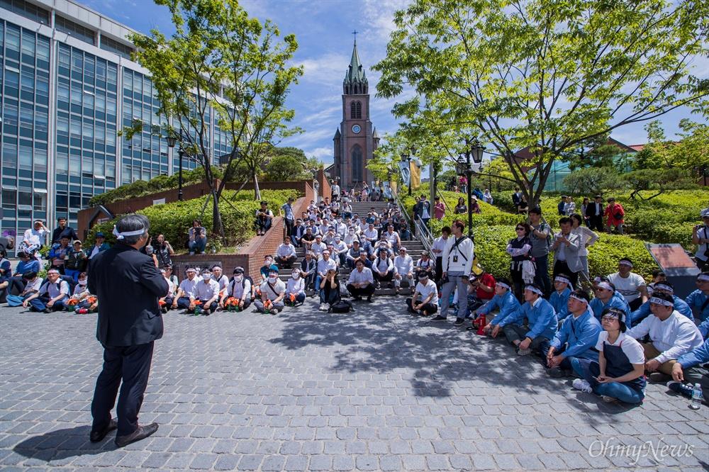 10일 오후 서울 중구 명동성당 앞에서 6.10 민주항쟁 30주년을 기념해 '6월항쟁군' 복장을 한 시민들이 당시 상황을 재현하고 있다.