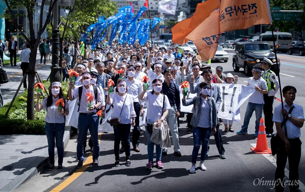 10일 오후 서울 중구 명동성당 앞에서 출발해 6.10 민주항쟁 30주년을 기념해 '6월항쟁군' 복장을 한 시민들이 당시 상황을 재현하며 서울광장으로 행진하고 있다.