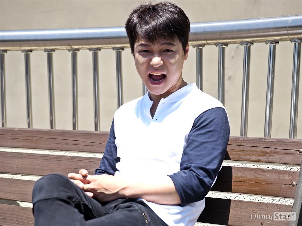 7년 만에 무대로, 배우 홍경인 2010년 <트루웨스트>를 마지막으로 7년이 걸렸다. 서울 소월아트홀에서 공연 중인 뮤지컬 <죽일테면 죽여봐>에서 '자학' 역으로 오랜만에 무대로 돌아온 배우 홍경인을 지난 11일 일요일 낮, 공연장 근처에서 만났다.