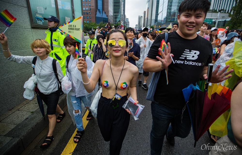 15일 오전 서울 시청 앞 서울광장에서 열린 제 18회 퀴어문화축제에서 무대행사가 끝난 직후 퍼레이드가 진행 되고 있다.