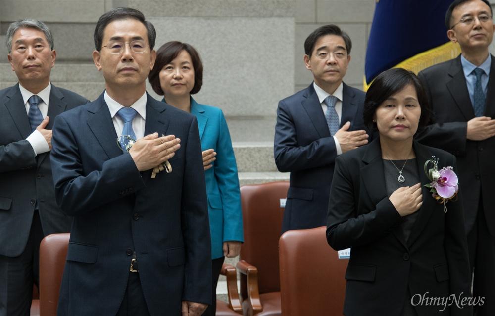 조재연(왼쪽 두번쨰), 박정화(오른쪽 두번쨰) 대법관이 19일 오후 서울 서초구 대법원에서 열린 취임식에서 국민의례를 하고 있다.