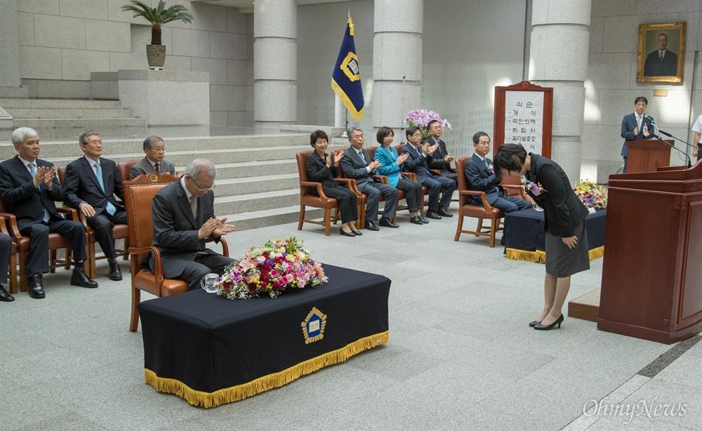 박정환 신임 대법관이 19일 오후 서울 서초구 대법원에서 조재연-박정화 대법관 취임식에서 취임사를 마치고 인사를 하고 있다.