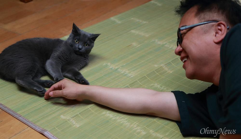 민병두 의원(더불어민주당, 동대문을)과 고양이 '이오비'.