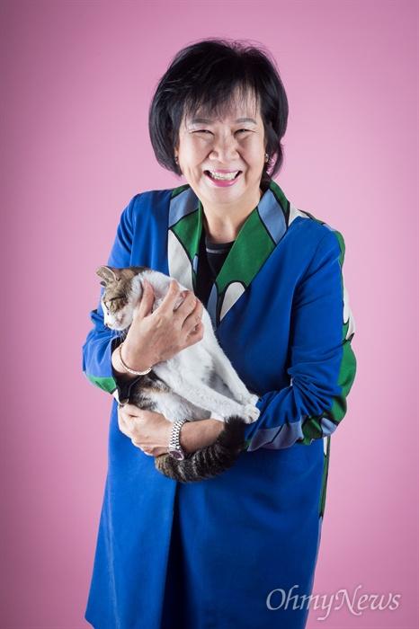 더불어민주당 손혜원 의원이 동물보호단체를 통해 입양한 고양이 쁘띠를 안고 있다. 쁘띠는 목소리를 잃은채 손 의원의 품으로 입양 되었다. 네 마리의 고양이 중에 손 의원 가장 잘 따르는 녀석이다.