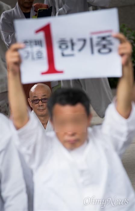 명진스님이 18일 오전 조계사 입구에서 조계사 자승 총무원장 퇴진 촉구 기자회견에 앞서 법당 참배를 하려하자 사찰 관계자들이 나와 입구를 막고 피케팅을 하고 있다.