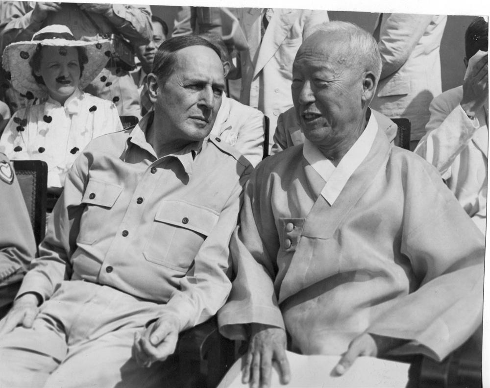 1948. 8. 15. 맥아더 장군과 이승만 대통령