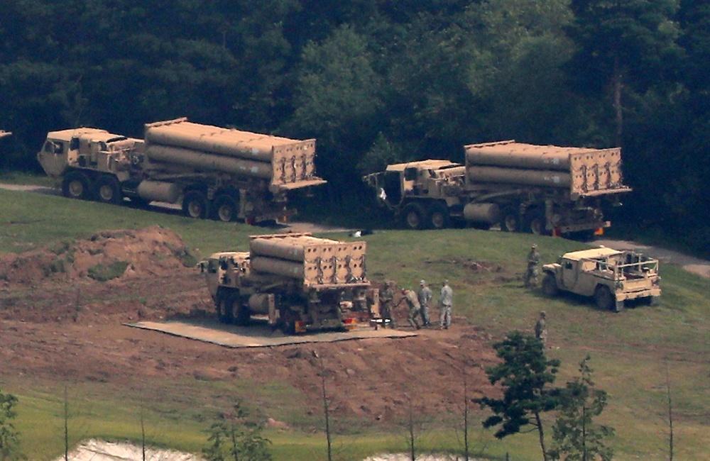 미군이 7일 오전 경북 성주군 사드 기지에 추가로 반입한 사드 발사대를 설치해 점검하고 있다.