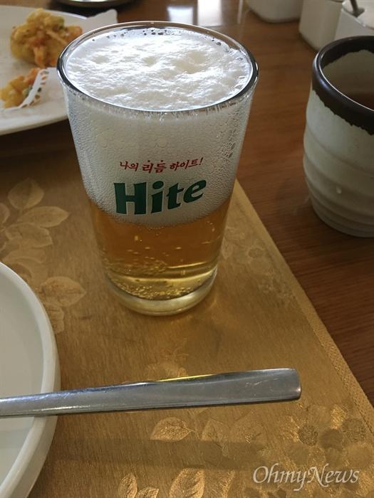 북측 대동강 맥주를 담은 남측 하이트 맥주잔.