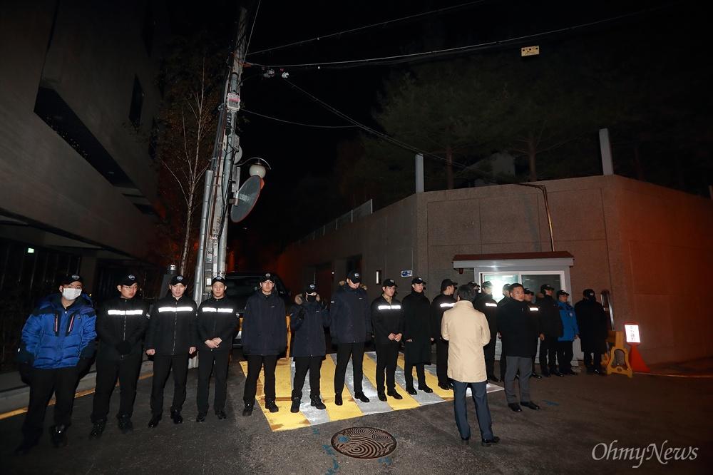 경찰이 봉쇄한 논현동 MB자택 이명박 전 대통령 구속을 촉구하는 시민들이 4일 오후 서울 강남구 논현동 이 전 대통령 자택을 향해 행진을 시작하자 경찰이 자택앞을 가로막고 있다.