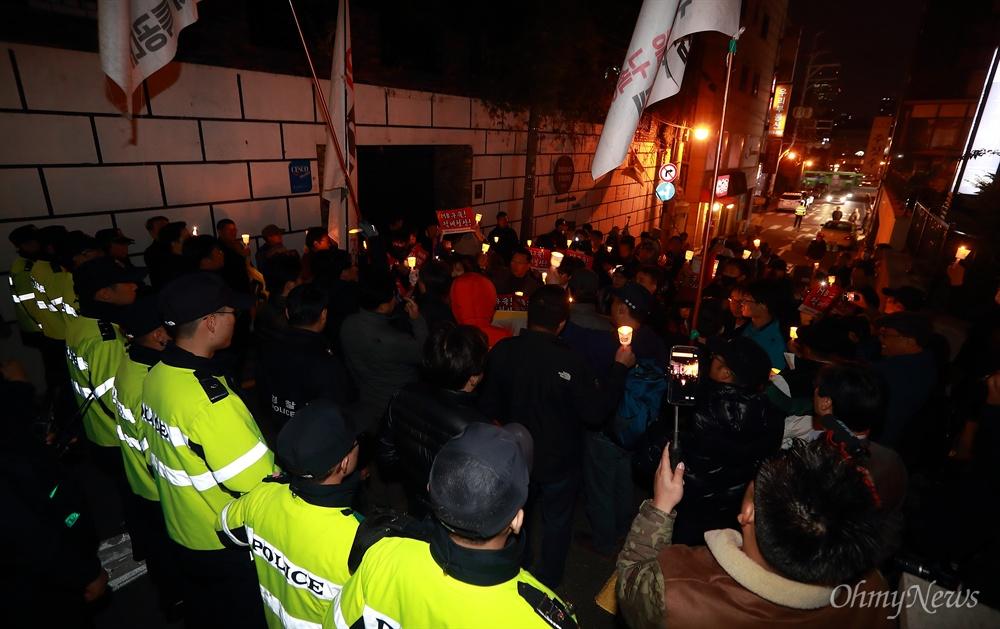 MB집앞 경찰에 가로막힌 '촛불' 이명박 전 대통령 구속을 촉구하는 시민들이 4일 오후 서울 강남구 논현동 이 전 대통령 자택앞으로 행진을 하자 경찰이 저지하고 있다.