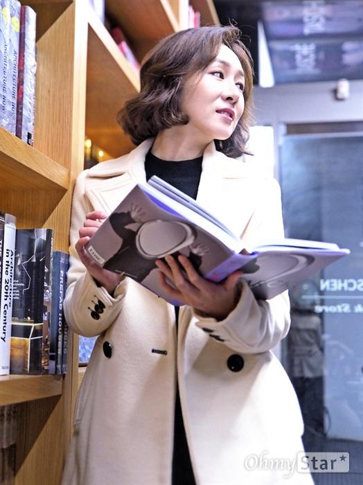 이진희 릴리 보세요, 이진희 릴리 보세요 지난 2일 오후, 서울 대학로의 한 카페에서 배우 이진희를 만났다. 연극 <톡톡>에서 '동어반복증'을 앓는 '릴리' 역을 맡은 이진희. 초연에 이어 이번 재연에 같은 역할로 돌아왔다. 연극 <톡톡>은 정신질환으로 고통받는 환자들이 상담실에 모여 벌어지는 일련의 소동극으로, 마음의 상처를 안은 사람끼리 서로 보듬고 치유하는 과정을 담은 코미디 극이다. 릴리는 극 중 모든 대사를 두 번씩 반복한다.