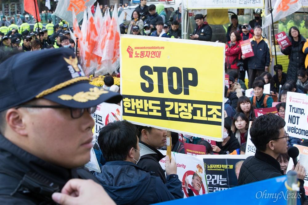 트럼프 미국 대통령이 방한한 7일 오후 트럼프 일행을 태운 차량이 청와대로 갈 때 지나갈 예정인 서울 광화문광장에서 방한 규탄 시위가 열리고 있다.
