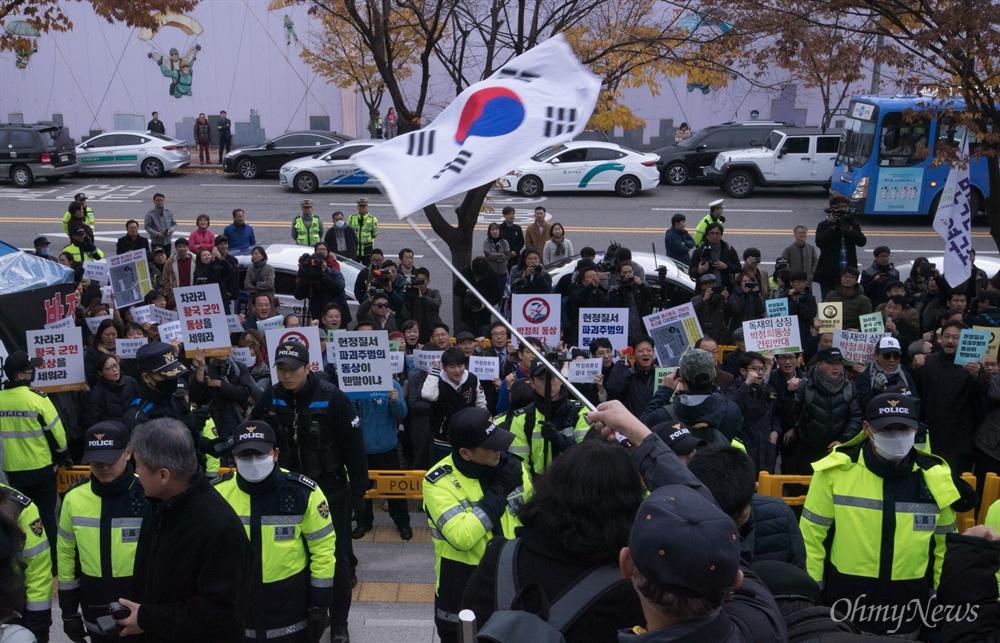 박정희 전 대통령 동상 기증식이 열리고 있는 13일 오전 서울 마포구 박정희대통령기념도서관 앞에서 민족문제연구소 회원들과 대한애국당 등 보수단체 회원들이 경찰을 사이에 두고 각각 찬반 구호를 외치고 있다.