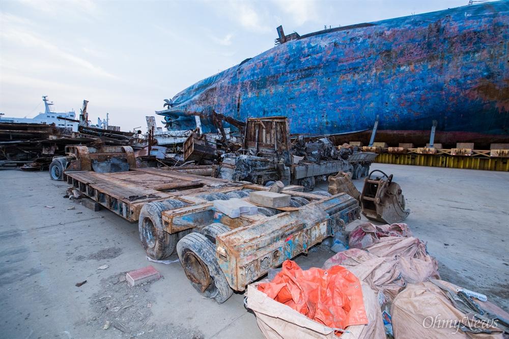 15일 오후 전남 목포 신항만에 인양된 세월호 주변으로 선내 수색등을 하며 꺼낸 잔여물들이 쌓여 있다.