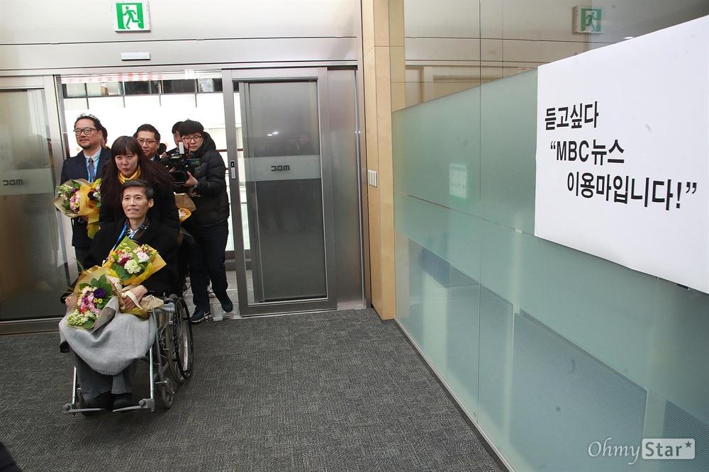 """듣고 싶다 """"MBC 뉴스 이용마입니다"""" 지난 2012년 MBC 파업을 이끌었다는 이유로 해고됐다 복직한 이용마, 박성제, 박성호 기자가 11일 오전 서울 마포구 MBC 사옥에서 열린 환영식에 참석한 뒤 구성원들의 안내를 받으며 보도국으로 들어서고 있다."""