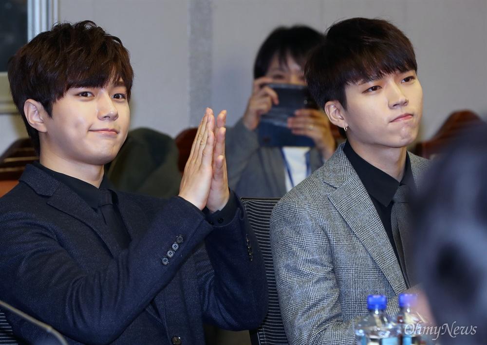 어서와 '인피니트', 국회는 처음이지? 그룹 인피니트 멤버 엘, 남우현이 12일 오후 서울 여의도 국회 의원회관에서 열린 대국민 온실가스 감축운동 선포식에서 박수치고 있다.