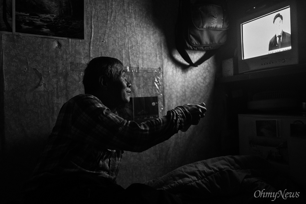 최씨의 방 바로 옆은 공동주방이다. 텔레비전을 보고 있으면 주방의 목소리가 더 크게 들릴 때가 있다.