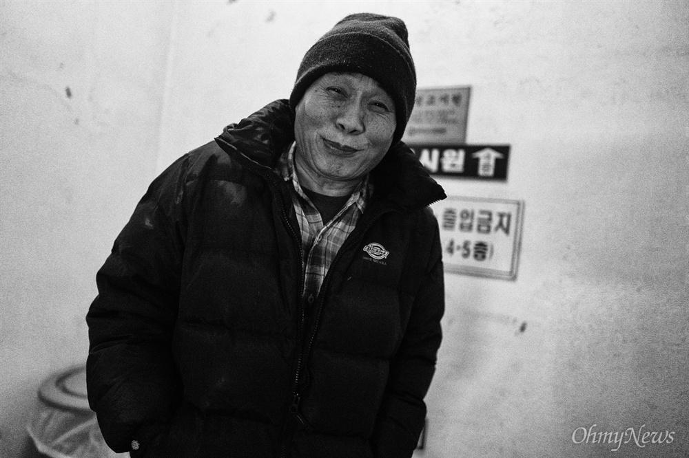 """최씨는 취재를 위해 방문한 기자에게 """"저에게 찾아온 1호 손님이에요""""라며 웃으며 배웅했다."""