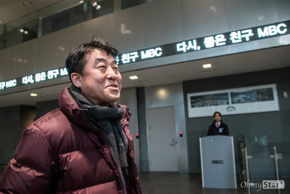 2012년 < PD수첩 >에서 해고된 후 다시 돌아온 정재홍 작가가 18일 오후 서울 마포구 상암MBC PD수첩 사무실로 향하는 동안 전광판에서 '다시 좋은 친구 MBC'라고 적힌 문구가 나오고 있다.