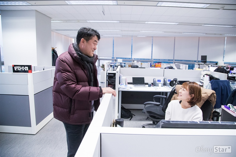 2012년 < PD수첩 >에서 해고된 후 다시 돌아온 정재홍 작가가 18일 오후 서울 마포구 상암MBC PD수첩 사무실을 처음으로 찾아가 제작진들과 대화를 하고 있다.