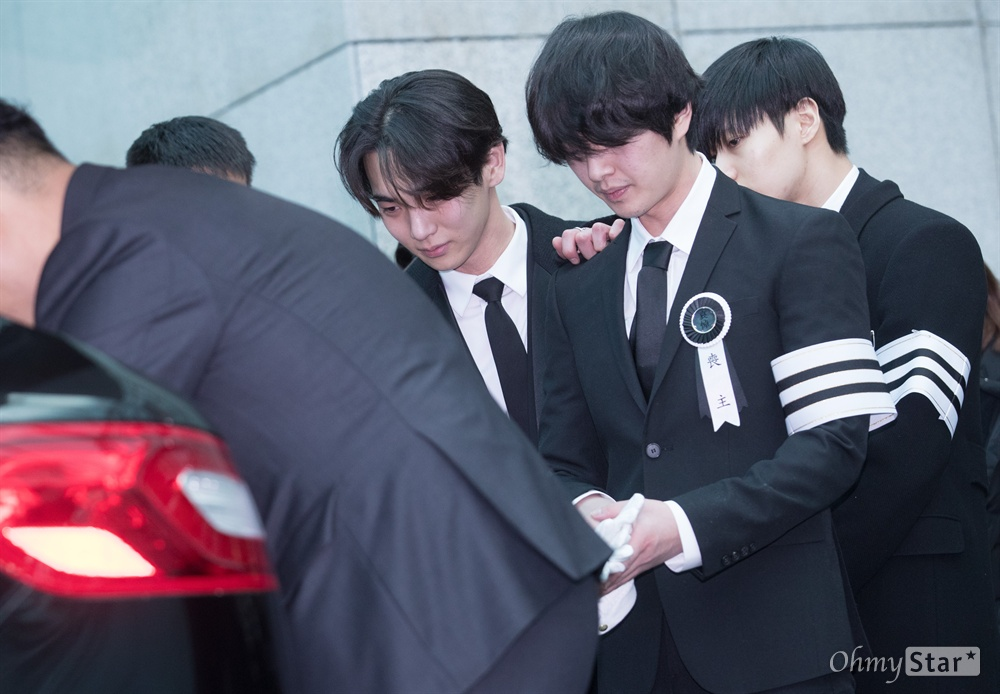 21일 오전 서울 강동구 서울아산병원에서 샤이니 멤버 고 종현의 발인식이 진행되고 있다.