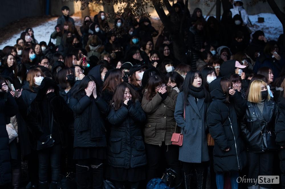21일 오전 서울 강동구 서울아산병원에서 장례식장 앞에서 샤이니 멤버 고 종현의 마지막 모습을 보기 위해 팬들이 자리를 지키고 있다.