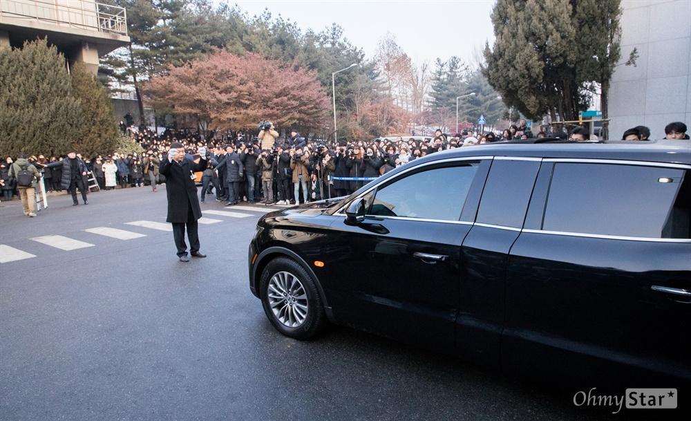 21일 오전 서울 강동구 서울아산병원에서 샤이니 멤버 고 종현의 운구차가 장례식장을 빠져나가며 팬들 앞을 지나고 있다.