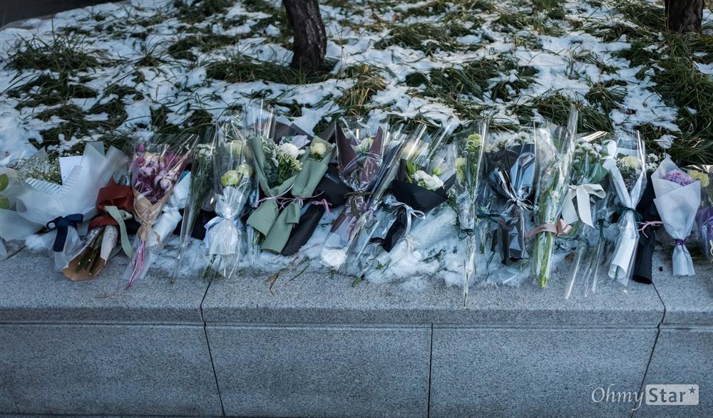 21일 오전 서울 강동구 서울아산병원에 차려진 샤이니 멤버 고 종현의 장례식장 입구에 팬들이 꽃을 남겼다.