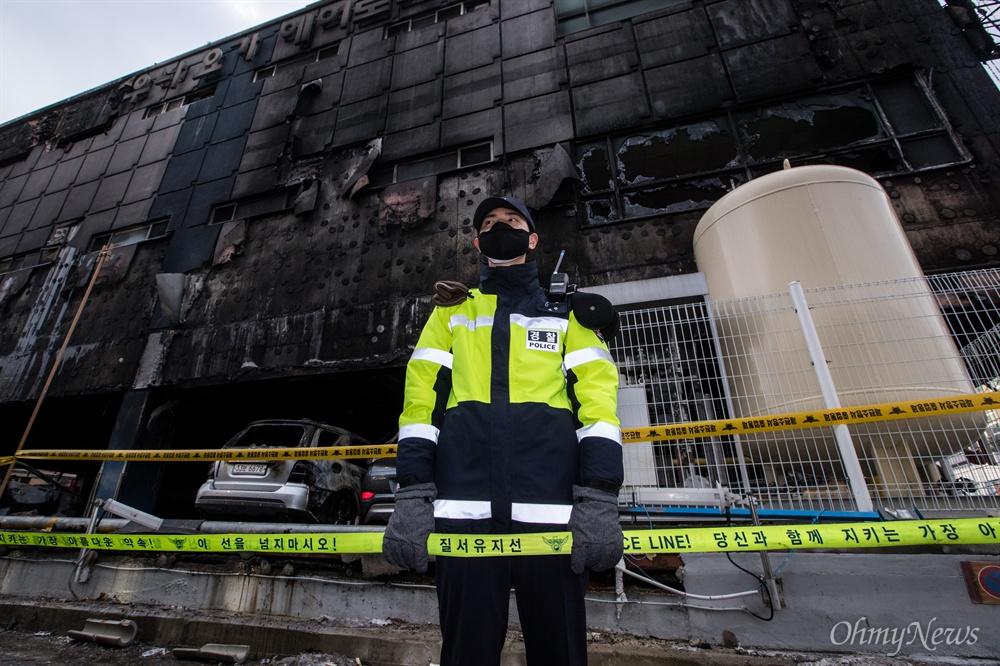지난 21일 오후 충북 제천 스포츠센터에서 발생한 화재로 29명이 사망하는 참사가 발행한 가운데, 22일 오후 사고 원인을 밝히기 위한 현장감식 작업이 진행되고 있다.