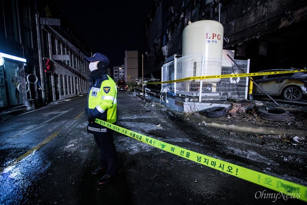 지난 21일 오후 충북 제천 스포츠센터에서 발생한 화재로 29명이 사망하는 참사가 발행한 가운데, 22일 오후 사고현장은 출입이 통제되어 있다.