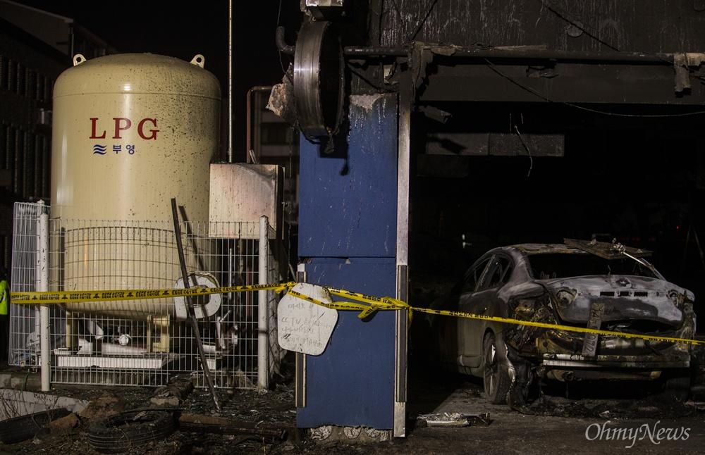 제천 화재참사 현장, 화마 피한 2톤 LPG저장탱크 지난 21일 오후 충북 제천 스포츠센터에서 발생한 화재로 29명이 사망하는 참사가 발행한 가운데, 22일 오후 사고현장은 출입이 통제되어 있다. 불타는 차량으로부터 발생한 거센 불길에도 불구하고 시민들과 소방관들의 노력으로 2톤 용량 LPG저장탱크는 피해를 보지 않았다.