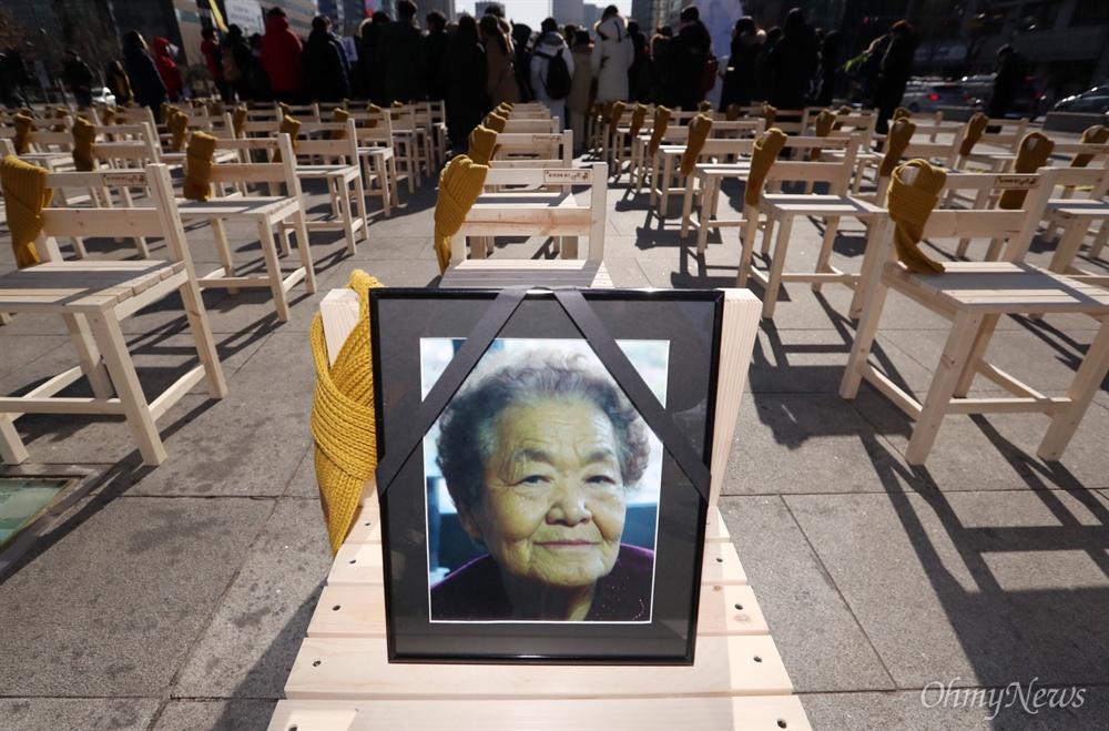 27일 오후 서울 광화문 광장에서 위안부 피해자를 추모하며 300개의 의자에 헌화를 하는 '빈의자에 새긴 약속' 퍼포먼스가 진행 되고 있다.