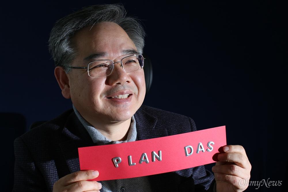 안원구 국민재산되찾기운동본부 집행위원장 겸 사무총장(전 대구지방국세청장)을 3일 오후 서울 여의도 사무실에서 만났다 . 그는 다스 실체 규명을 위해 '플랜 다스(Plan Das)의 계' 프로젝트를 제안했다.