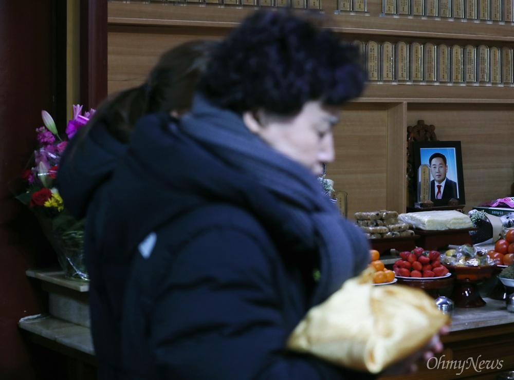 양승진 선생님과 작별하는 날 세월호 미수습자 양승진 선생님의 부인 유백형씨가 5일 오후 경기 시흥 대각사에서 49재를 지내며 기도하고 있다.