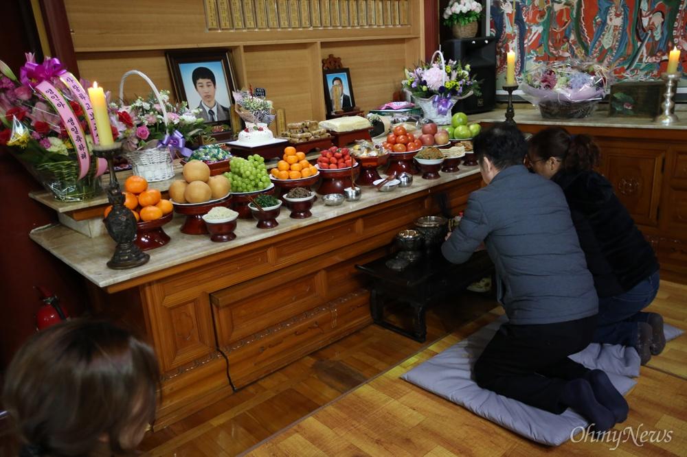 생일 맞은 아들의 제사상 세월호 미수습자 박영인 군의 부모인 박정순, 김선화 씨가 박 군의 49재가 열린 5일 오후 경기 시흥 대각사 대웅전에서 아들 영정 앞에 차를 올리고 있다.