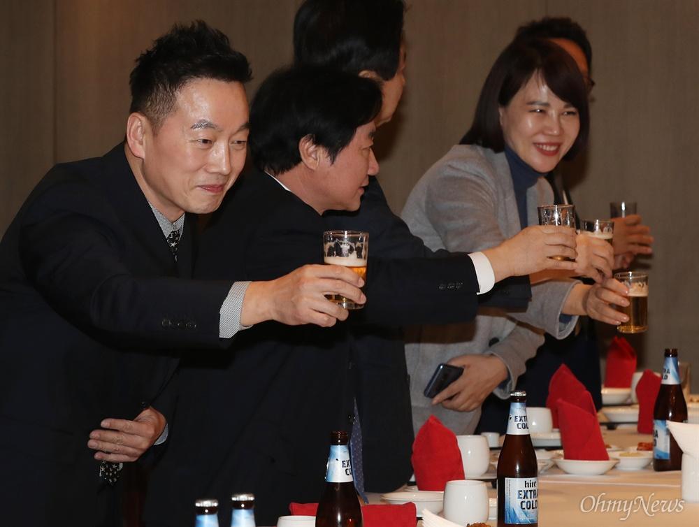 '건배'하는 정봉주  정봉주 전 의원이 8일 오후 서울 여의도의 한 중식당에서 열린 정 전 의원 복권 환영 만찬에서 참석자들과 건배하고 있다.